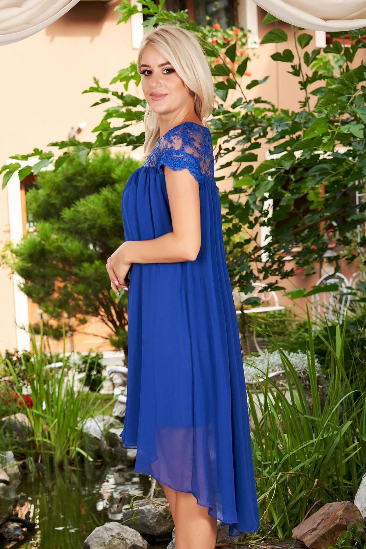 Rochie PrettyGirl albastra eleganta scurta asimetrica cu croi larg din voal cu maneci scurte si decolteu la baza gatului