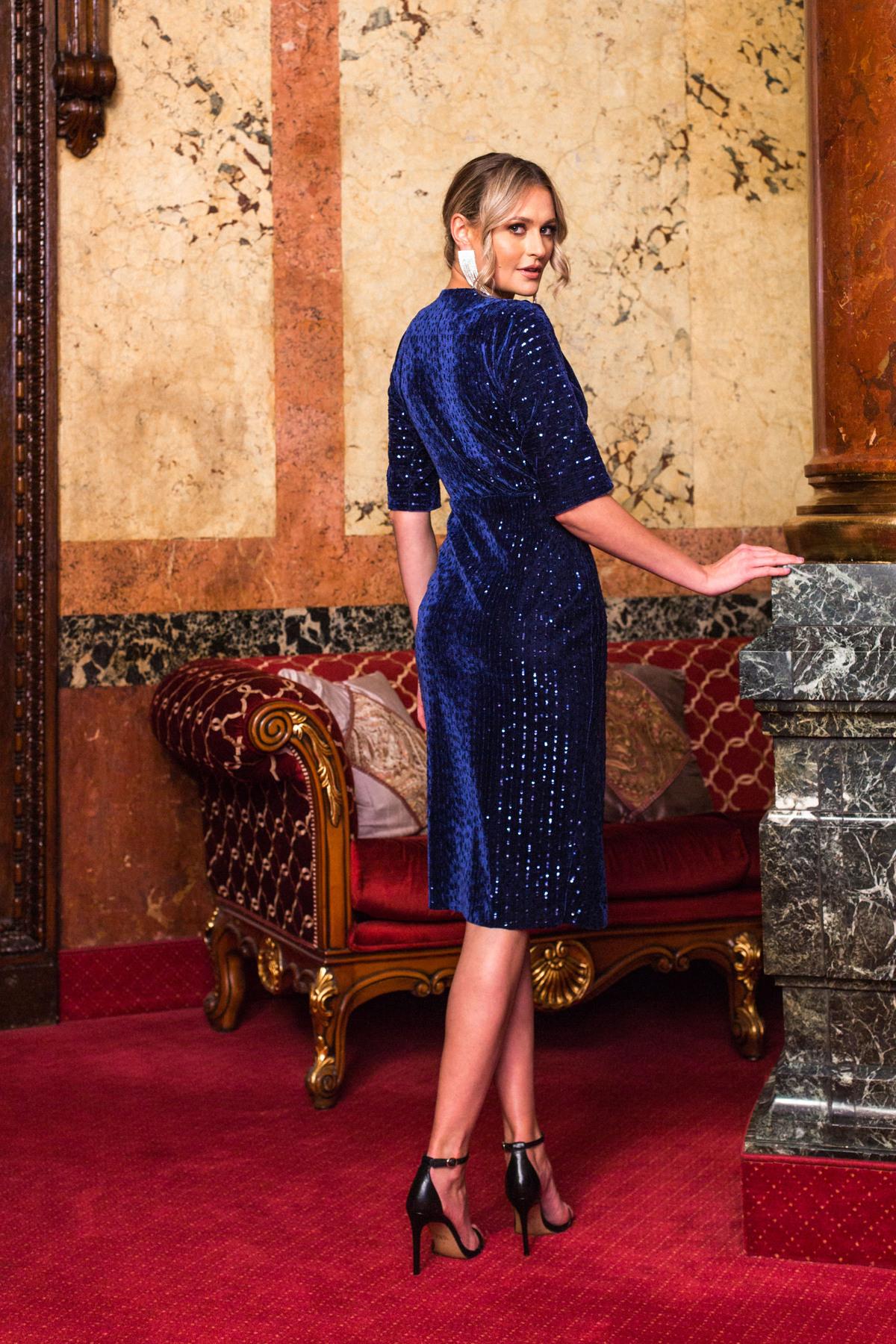 Rochie PrettyGirl albastru-inchis de ocazie din catifea cu paiete cu decolteu in v petrecut crapata pe picior