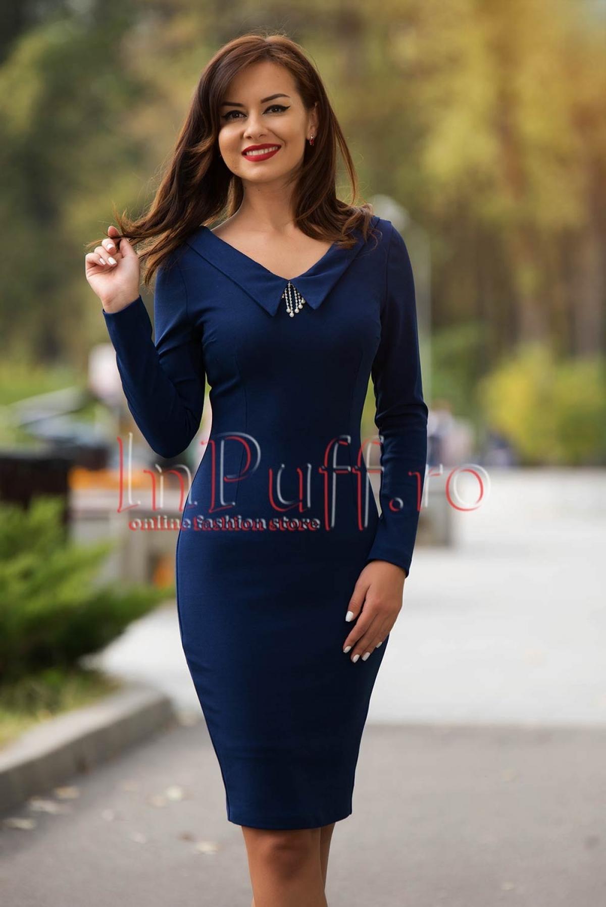 Rochie albastra eleganta cu accesoriu argintiu la gat