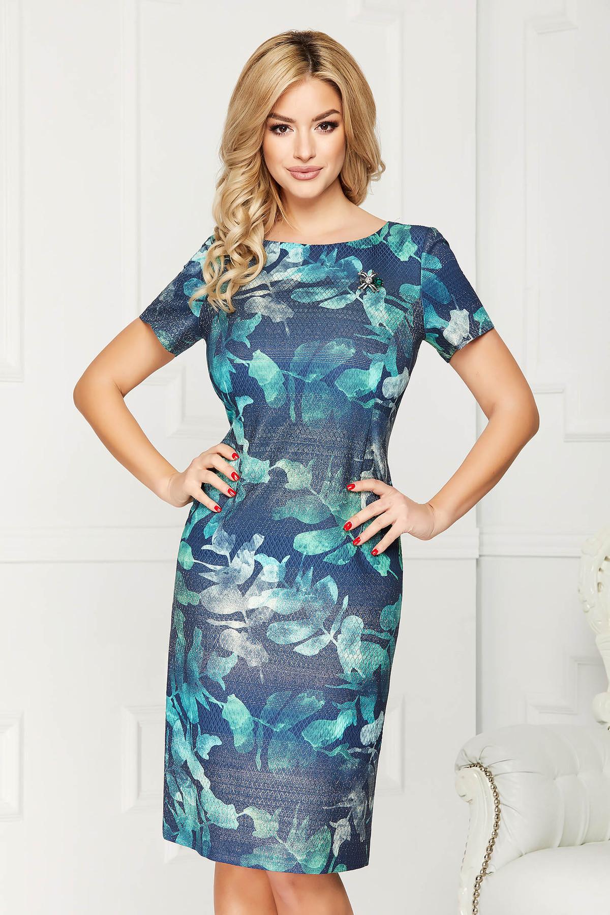 Rochie albastru-inchis eleganta midi cu un croi drept din material subtire accesorizata cu brosa