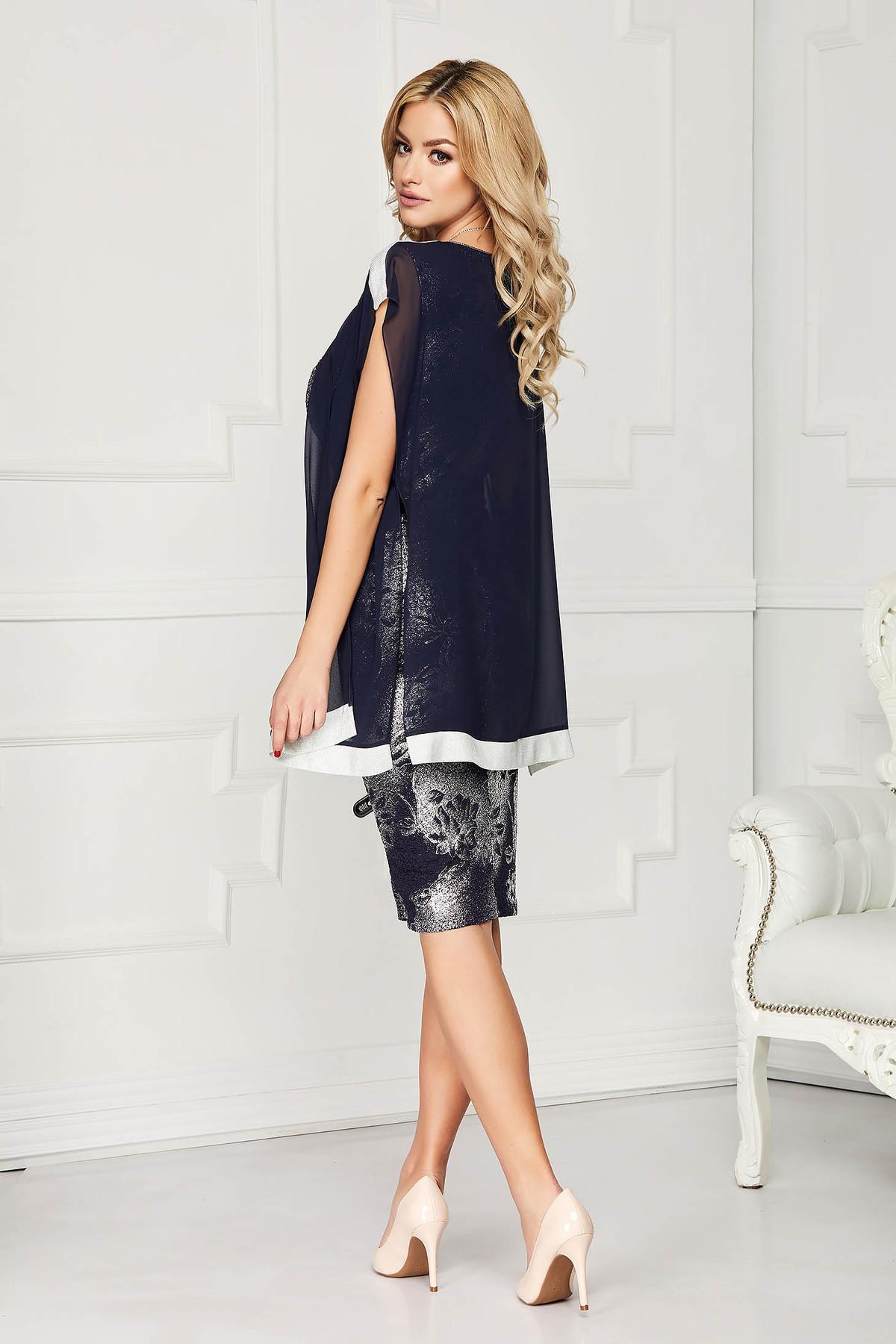 Rochie albastru-inchis eleganta cu un croi drept midi din material lucios cu suprapunere cu voal si cu imprimeu floral accesorizata cu lantisor